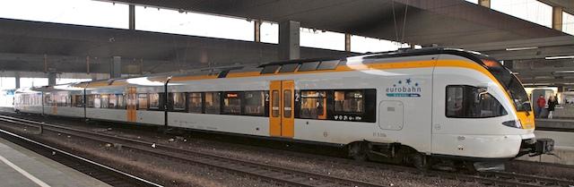 Einer der wenigen Flirt-Triebwagen fährt auf der RE3 - hier in Düsseldorf (Foto: Weiudelich)