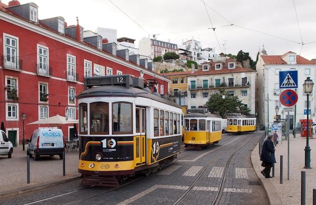 Die Lissabonner Straßenbahnen von AEG in der Altstadt (Foto: Weidelich)